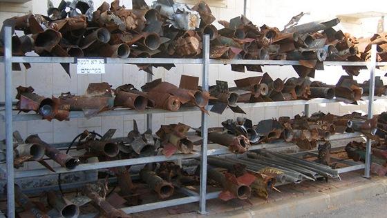 Trosky raket Kassám různých verzí nalezené policí ve městě Sderot.