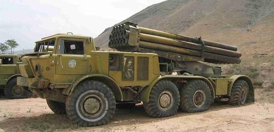 Šestnáctihlavňový raketometu 9K57 Uragan (BM-27) ráže 220 mm byl licenčně