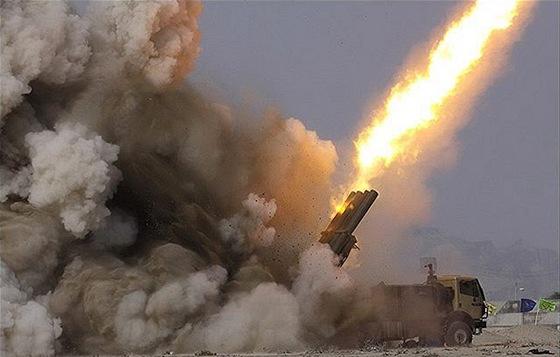 Íránský raketomet Fadjr-5 při střelbě. Tyto rakety vážící téměř tunu jsou