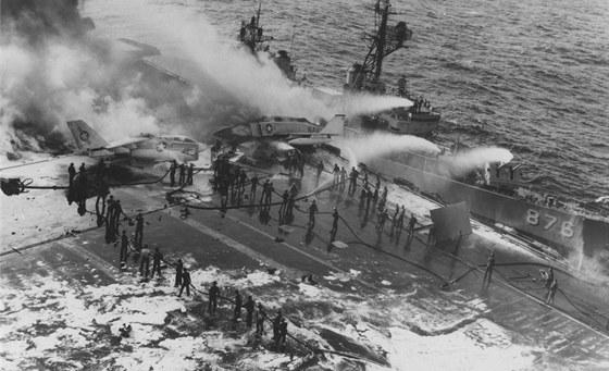 Místo katastrofy na palubě zachycené fotografem krátce po uhašení největších