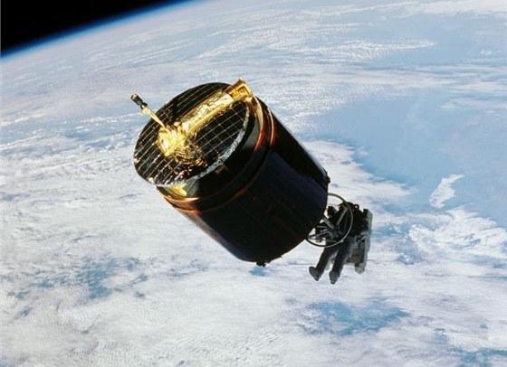 Americký astronaut Dale Gardner (vlevo dole) se přibližuje ke družici Westar-6,
