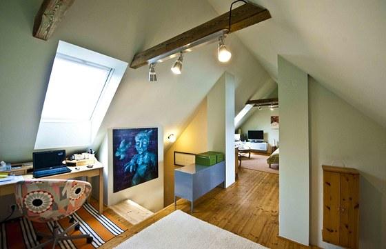 Podkroví tvoří jeden prostor, který schodiště nenásilně rozdělilo na ložnici a