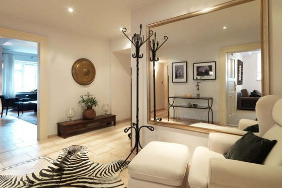 Druhá hala funguje jako křižovatka – odsud se míří do všech částí bytu. Podlahu