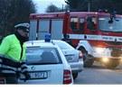 Hasiči a policie u místa nehody, při které závodní auto nai RallyShow Uherský