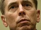 David Petraeus. Slibn� kari�ra se zadrhla.