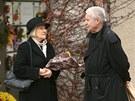 Přemek Podlaha před posledním rozloučením s karikaturistou Vladimírem Jiránkem ve strašnickém krematoriu (15. listopadu 2012)