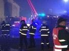 Hasiči likvidují požár v Zákolanech na Kladensku (14. listopadu 2012).