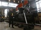 Ředitel Světa techniky Jakub Švrček před první lokomotivou vyrobenou na našem