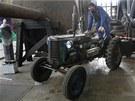 Traktor Zetor má původní pneumatiky Baťa a letos v červnu ještě jezdil po poli.