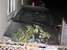 Peugeot s opilým mladíkem bez řidičáku za volantem skončil v zahrádce u jednoho