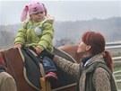 Cvičitelka Zuzana Sikorová na hipoterapii s Sárou (2.roky) a koněm Vaškem v