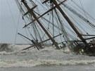 Silná bouře a vysoké vlny komplikovaly záchranu ztroskotané plachetnice La...