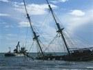 Záchranná loď bagruje písek kolem ztroskotané plachetnice La Grace. (10. 11. 2012)