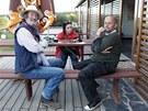 Jedna z diskuzí mezi šéfem, Bolkem a jeho ženou Marcelou, kam by měla hospoda U...