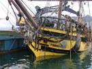 Ztroskotaná plachetnice La Grace už pluje do přístavu