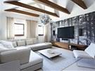 Relaxační zóna ve spa se stropem otevřeným až do krovu. Sofa, konferenční