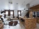Hlavní obytný prostor s rustikální kuchyní z přírodního dubu a cihel je