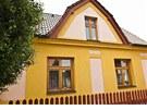 Domek zrekonstruoval Petr Kotvald tak, aby zůstal zachovaný jeho vesnický ráz.