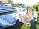 Jeden ze spadl�ch betonov�ch panel� poni�il i br�nu do bl�zk� zahrady.