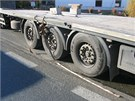 �idi� kamionu projel zat��ku nep�im��enou rychlost�. V tu chv�li se p�etrhly