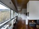 Interiéru dominuje bílá barva nábytku a výmalby, doplněná o masivní podlahu z