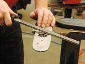 Pilníkem sražte hrany a otřepy na vodicí liště, které vznikají pohybem řetězu
