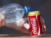 Plechovku do poloviny naplňte vodou.