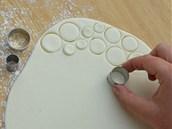 Nakadeřené rouno lze naznačit spoustou různě velkých koleček vypíchnutých ze...
