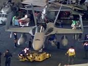 Pohled do podpalubního hangáru. Uprostřed letoun F – 18 Hornet.
