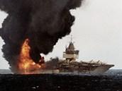 Požár CVN – 65 zachycený zdoprovodné lodi krátce po jeho vypuknutí. Za