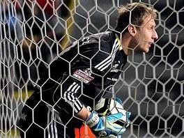 INKASOVAL. Zdeněk Zlámal, gólman fotbalistů Olomouce, loví míč ze své sítě.