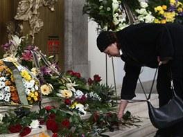 Herečka Iva Janžurová klade květiny k rakvi karikaturisty Vladimíra Jiránka.