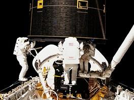 Improvizace slavila úspěch, když trojice astronautů zachytila družici