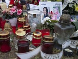 Na místě neštěstí v Lopeníku zůstávají svíčky a vzkazy pro oběti nehody.