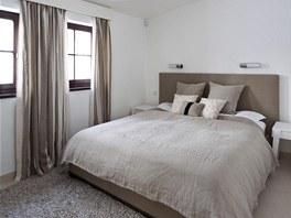 Hlavní ložnice je součástí prvního bytu. Postel si majitelé pořídili od firmy