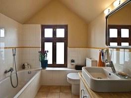 Koupelna s oknem ve štítu je příjemně velká a světlá.