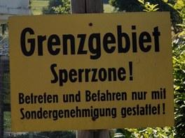 Strážní věž a varovné cedule ve venkovní expozici Německo-německého muzea v Mödlareuthu
