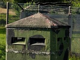 Strážní věž a pohraniční bunkr ve venkovní expozici Německo-německého muzea v Mödlareuthu.