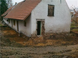 Dům nestojí samostatně, navazuje na něj ještě sousední.