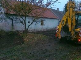 Před podřezáním se musela od domu odhrnout zemina.