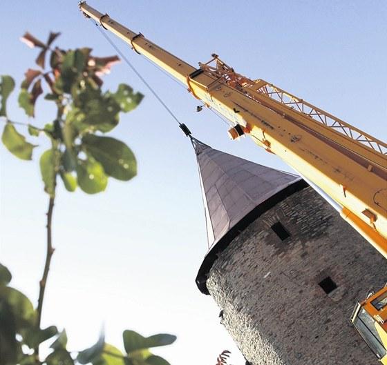 Před týdnem přijel jeřáb usadit nový krov na zámeckou věž, která v 16. století