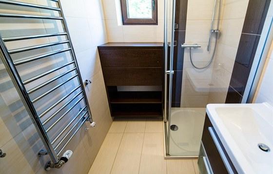 Koupelna v přízemí se sprchovým koutem - velkoformátová dlažba je od firmy RAKO.
