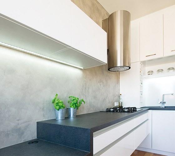 Stěrka imitující beton použitá místo obkladu za kuchyňskou linkou se velmi