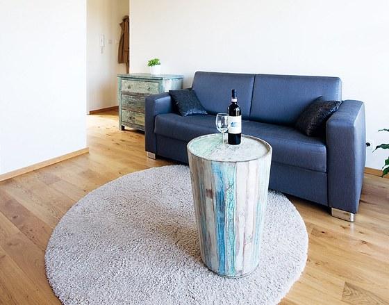 Dubová olejovaná podlaha dodává bytu na útulnosti stejně jako stolek či komoda