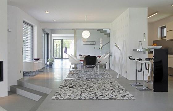 Hlavní pohledová a dispoziční osa z obývacího pokoje přes jídelnu, schodišťovou