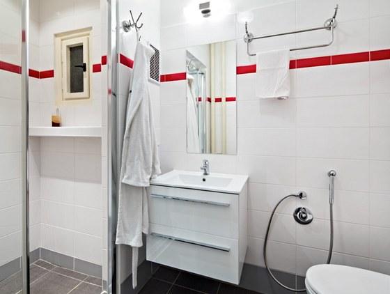 Bílé obklady koupelnu doslova rozsvítily.