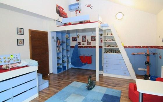 Dětský pokoj slouží dvěma chlapcům jako místo pro spaní, učení i hraní. Nábytek