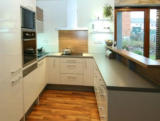 Kuchyně ve tvaru U umožňuje majitelce mít všechno na dosah.