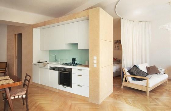 """Kuchyně """"vyjíždí"""" ze šatny, a sjednocuje tak prostor."""