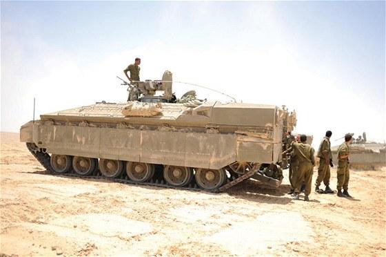 Poslední verzí těžkých obrněných transportérů je Namer na podvozku vyřazených